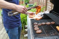 Matlagningkött på BBQEN Royaltyfria Foton
