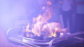 Matlagningkött på brand arkivfilmer