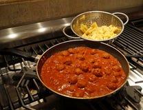 Matlagningköttbullar i tomatsås Arkivbilder