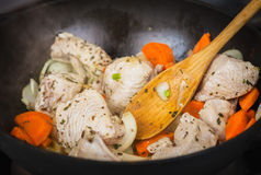 Matlagningkalkon med grönsaker Arkivfoto