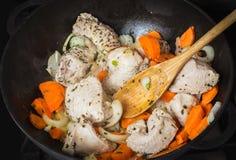 Matlagningkalkon med grönsaker Royaltyfri Fotografi