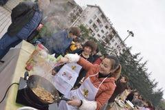 Matlagningkonkurrenser som rymms i den öppna fyrkanten Royaltyfri Foto
