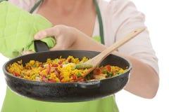 matlagningkvinnabarn Arkivbild