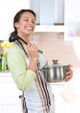 matlagningkvinnabarn Royaltyfri Bild