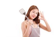 matlagningkvinnan som ok ger handtecknet till dig, vit isolerade backgro Arkivbild