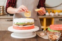 Matlagningmasterclass som gör den ljusbruna kakan på kök Royaltyfri Foto