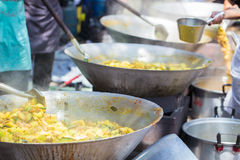 Matlagningmat för stor grupp människor Fotografering för Bildbyråer