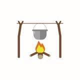 Matlagningmat i natur i plan design Kokkärl som hänger på en filial över en brand som isoleras på vit bakgrund Arkivfoto