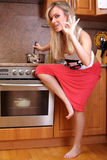matlagningmatställekvinna Arkivfoto