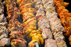 Matlagningmeat på brand. grillfest royaltyfri fotografi