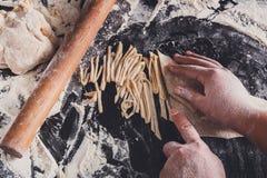Matlagningnudelbegrepp på svart bakgrund, strilat mjöl med kopieringsutrymme arkivbilder