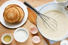 Matlagningpannkakor för frukostingredienser för framställning av pannkakor Fotografering för Bildbyråer