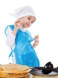 Matlagningpannkakor för liten unge Arkivfoto