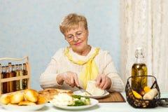 matlagningpensionärkvinna Royaltyfri Fotografi