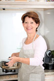matlagningpensionärkvinna Fotografering för Bildbyråer