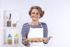 matlagningpensionärkvinna Arkivbild