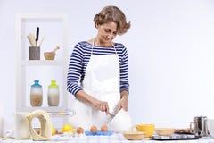 matlagningpensionärkvinna royaltyfri foto
