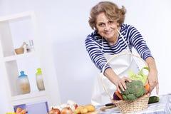 matlagningpensionärkvinna Royaltyfria Foton