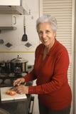 matlagningpensionärkvinna Royaltyfria Bilder