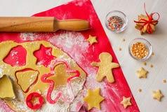 Matlagningpepparkaka i process bilder för julkakafind ser mer min portfölj samma serie till Royaltyfri Bild