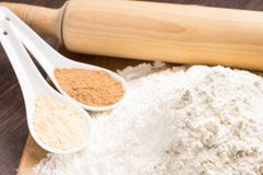Matlagningpepparkakakakor. Ingredienser på tabellen Royaltyfria Bilder