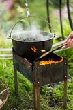 Matlagningpilaff i en eldfast form på branden arkivbild