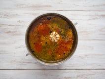 Matlagningpilaff i en kittel Kryddor i pilaff royaltyfri bild