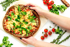 Matlagningpizza med grönsaker och ost på bästa sikt för vit skrivbordbakgrund Royaltyfri Bild