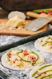 Matlagningprocess av mini- pizza för danande - som är liten och som är personlig, med ost, tomater och sparris Arkivbilder
