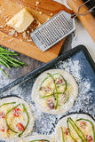 Matlagningprocess av mini- pizza för danande - som är liten och som är personlig, med ost, tomater och sparris Fotografering för Bildbyråer