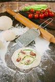 Matlagningprocess av mini- pizza med sparris, tomater och ost Royaltyfria Foton