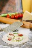 Matlagningprocess av mini- pizza med sparris, tomater och ost Royaltyfri Foto