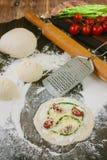 Matlagningprocess av mini- pizza med sparris, tomater och ost Royaltyfri Fotografi