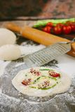 Matlagningprocess av mini- pizza med sparris, tomater och ost Arkivbilder