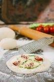 Matlagningprocess av mini- pizza med sparris, tomater och ost Arkivfoton