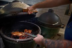 Matlagningräkor på gallret Tigerräkor grillade havs- royaltyfria foton