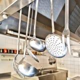 Matlagningredskap i ett kök Arkivbild
