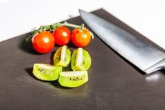Matlagningredskap och grönsaker royaltyfri bild