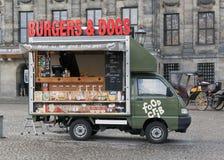 Matlastbil på fördämningfyrkant i Amsterdam Arkivfoto