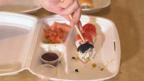 Matleverans Handen för man` s doppar rullarna in i soya lager videofilmer