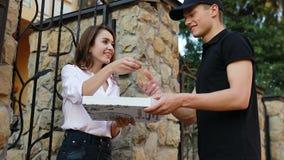 Matleverans Kurir Giving Woman Box med pizzadet fria stock video