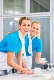 Matleverantör som förbereder affärslunch Arkivbilder