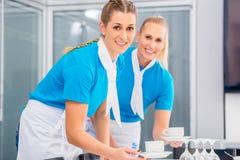 Matleverantör som förbereder affärslunch Arkivfoto
