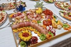 Matmagasin med läcker salami, stycken av skivad skinka, korv, ananas Royaltyfri Fotografi