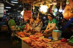 Matmarknad i Cambodja Siem Reap arkivbilder
