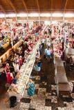 Matmarknad i Gomel Detta är ett exempel av den finnasende matmarknaden Arkivfoton