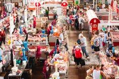 Matmarknad i Gomel Detta är ett exempel av den finnasende matmarknaden Arkivfoto