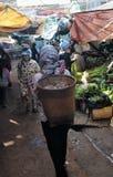 MatmarknadsAsien fattig kvinna Arkivfoton