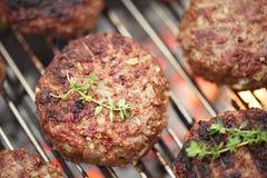 Matmeat - nötkötthamburgare på bbq-grillfest grillar Arkivbilder