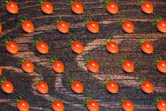 Matmodell, ny tomat, på träbakgrund P Royaltyfria Foton